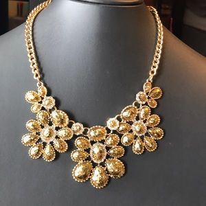 Jewelry - Gold glitter flower necklace